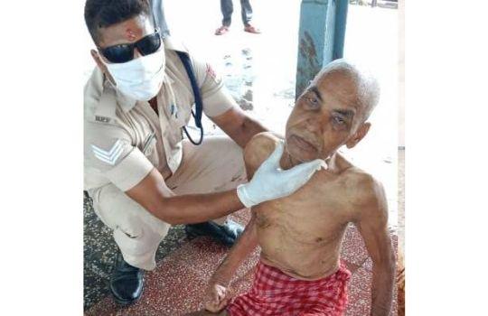 rpf jawan helps old man on railway station